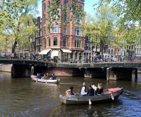 Varen Amsterdamse grachten met Boaty sloepje